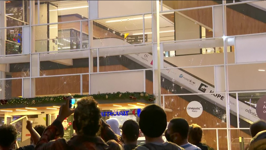 Manifestação no Carrefour em SP — Foto: Reprodução/GloboNews
