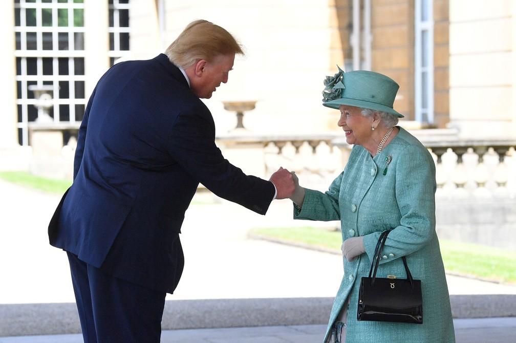 Rainha Elizabeth II cumprimenta o presidente dos EUA, Donald Trump, ao chegar ao Palácio de Buckingham, em Londres, nesta segunda-feira (3)  — Foto: Victoria Jones / Reuters