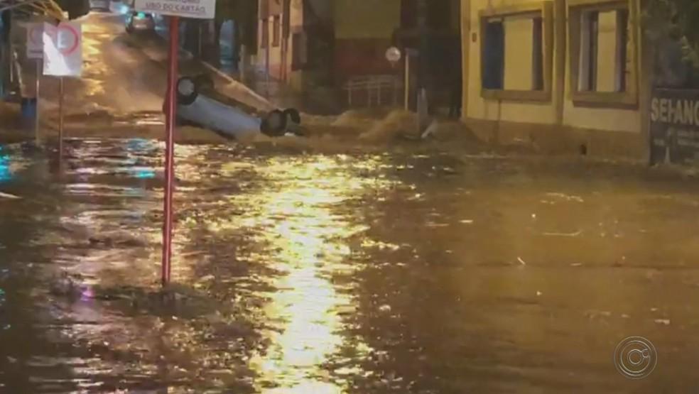 Carros foram arrastados pela enxurrada em Itápolis — Foto: Reprodução/TV TEM