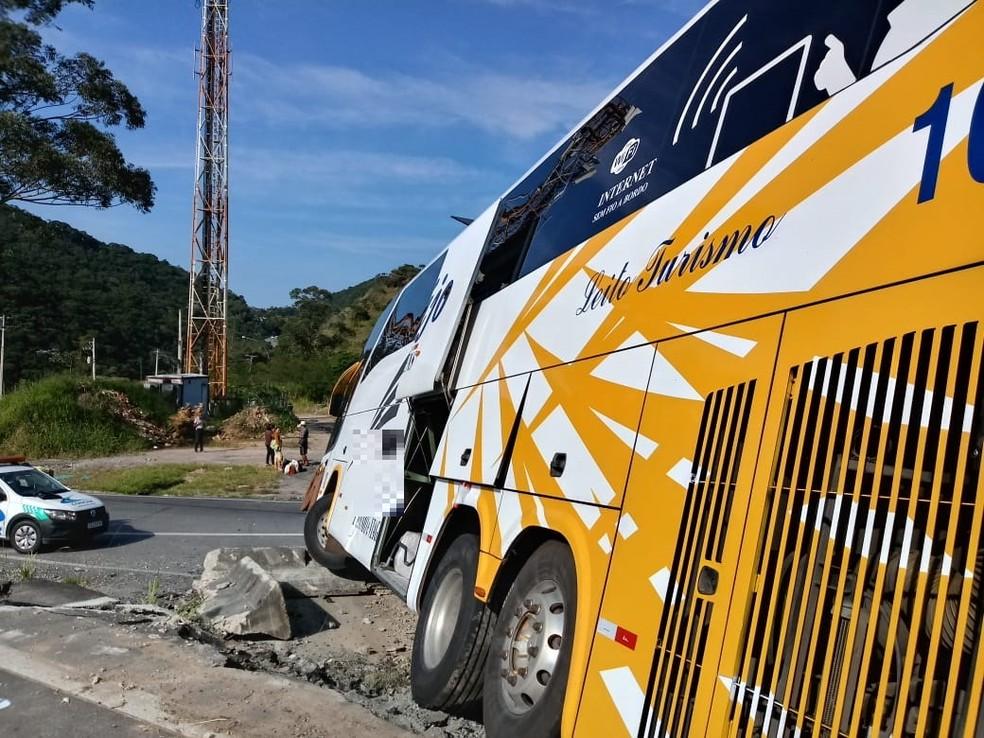 Acidente aconteceu na manhã desta quarta-feira (3), na pista sentido Rio — Foto: Ádison Ramos/ Inter TV