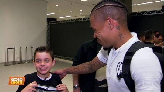"""Vídeo: garoto de foto que viralizou após gol do Corinthians conhece Júnior Urso: """"Ele me emocionou"""""""