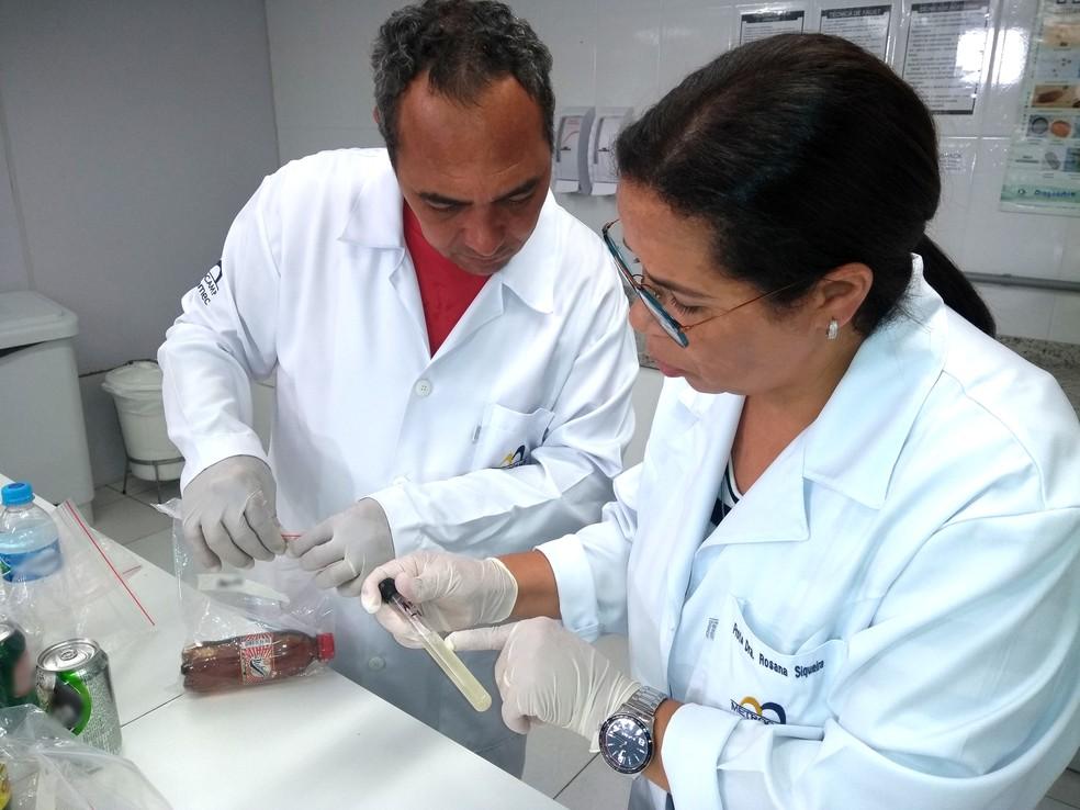 Os pesquisadores Rosana Siqueira e Cleber Silva analisam resultado da pesquisa com bebidas vendidas por ambulantes (Foto: Patrícia Teixeira/G1)