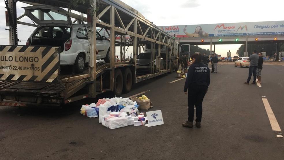 Veículo que transportava os carros onde o contrabando foi encontrado foi abordado em São Miguel do Iguaçu — Foto: Receita Federal/Divulgação