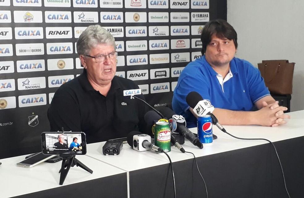 Geninho concedeu entrevista coletiva ao lado da diretoria do ABC (Foto: Klênyo Galvão/Inter TV Cabugi)