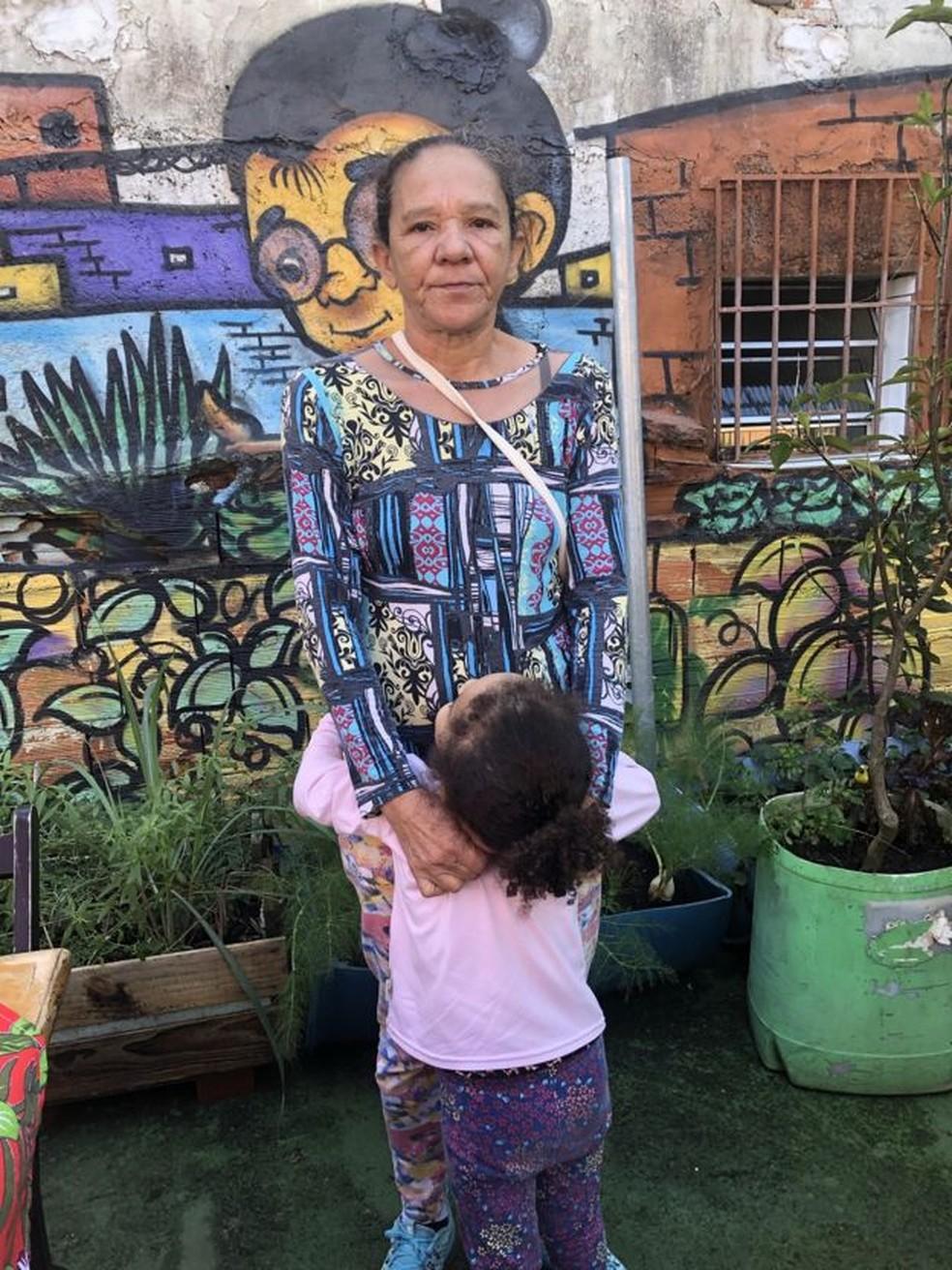 Marinalva e a neta em busca de doações para garantir a alimentação da família — Foto: Mariana Sanches/BBC News Brasil