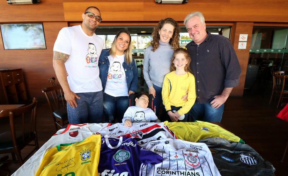 Capella (à direita) entrou em contato com atletas e técnicos para conseguir camisas dos grandes clubes — Foto: Danilo Sardinha/GloboEsporte.com