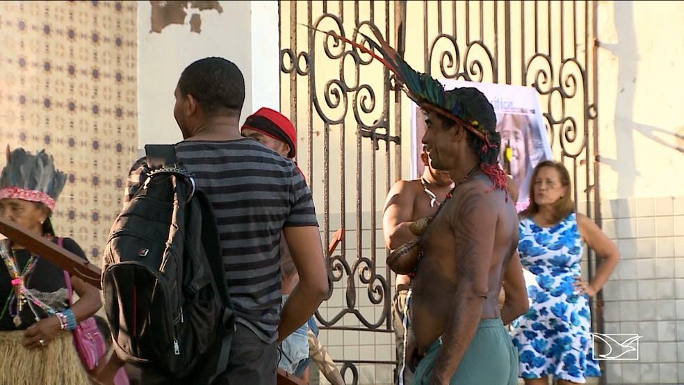 Índios bloqueiam entrada do prédio do Incra em São Luís (Foto: Reprodução/TV Mirante)