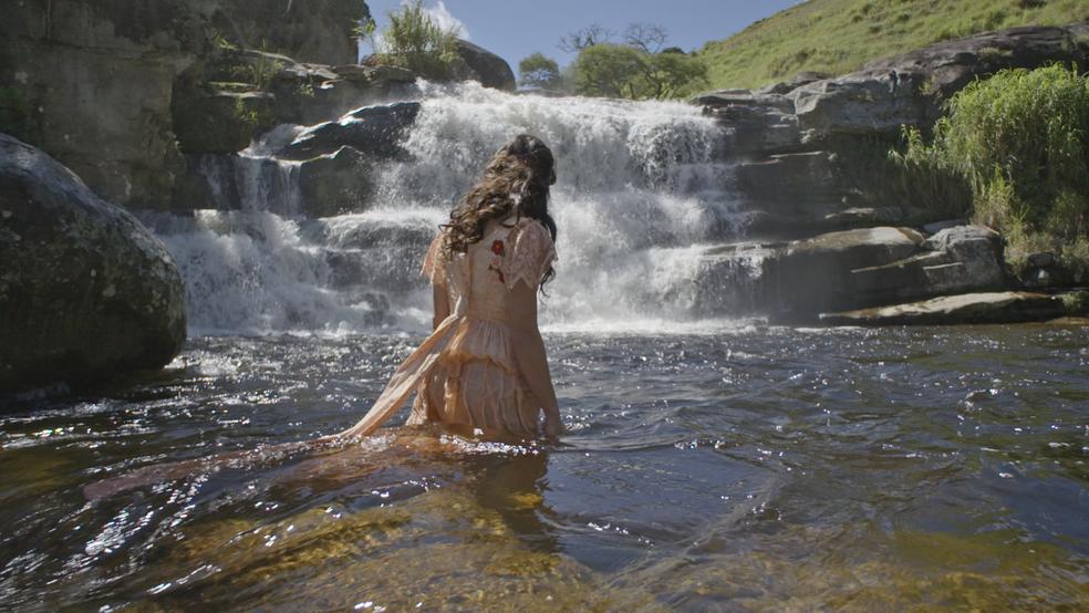 A jovem caminha em direção às águas (Foto: TV Globo)