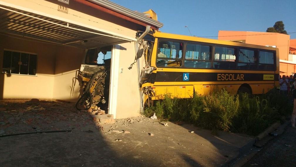 Ônibus escolar bateu em muro de casa na Vila Gramado I, em Itapetininga (Foto: Paola Patriarca/G1)
