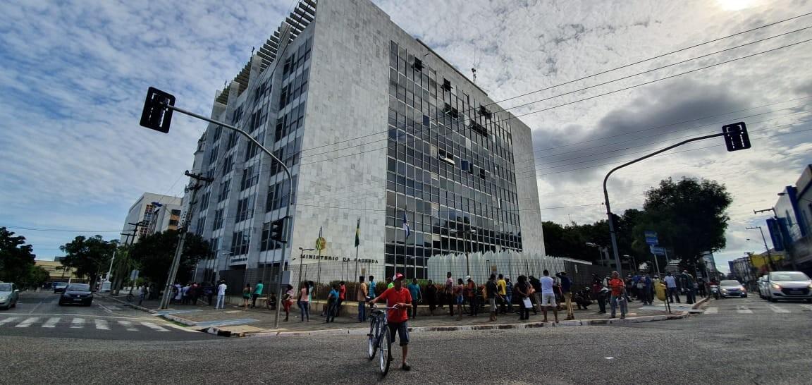 Sede da Receita Federal e agências bancárias continuam registrando filas em Teresina