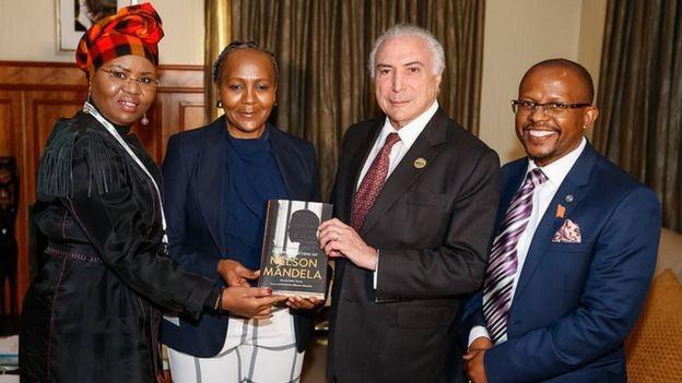 Com índices de reprovação históricos, Temer avaliou que foto com algum membro da família de Nelson Mandela faria bem a sua imagem: na foto, ele posa com a ministra de desenvolvimento de pequenos negócios, Lindiwe Zulu (à esquerda), com Ndileka Mandela, Neta de Mandela, e com o CEO da Fundação Mandela, Sello Hatang (Foto: CESAR ITIBERÊ/PR)