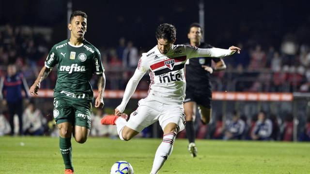 São Paulo x Palmeiras - Alexandre Pato chuta, observado por Marcos Rocha