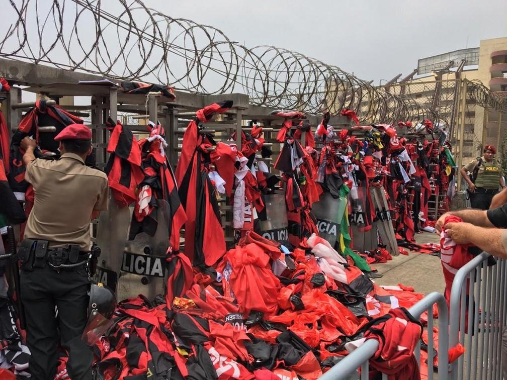 Pilhas de bandeiras que foram impedidas de entrar no estádio em Lima — Foto: Cahê Mota