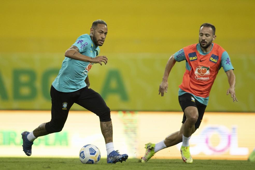 Neymar e Everton Ribeiro em treino da seleção brasileira na Arena Pernambuco: seleção brasileira volta a se reunir dia 4 de outubro — Foto: Lucas Figueiredo / CBF