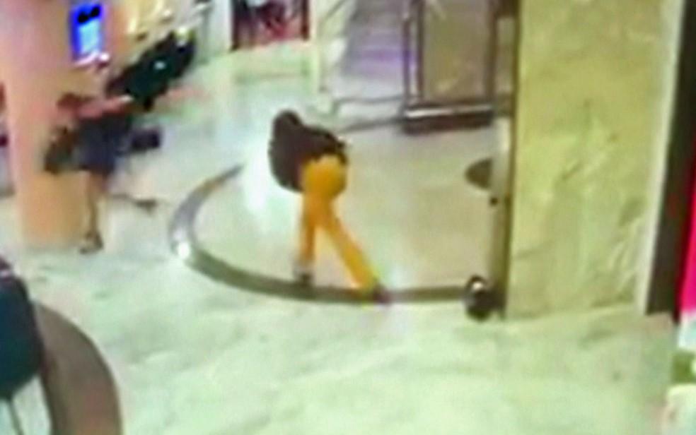 Dentro do hotel, hóspedes correm ao ouvir os tiros vindos da rua (Foto: TV Globo/Reprodução)