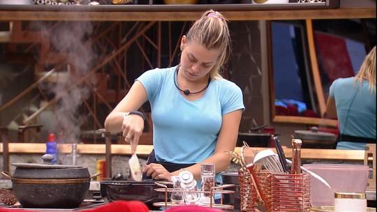 Isabella prepara almoço da casa e elogia feijão de Elana: 'Está cheiroso'