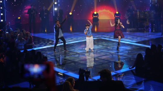 Finalistas colocam os técnicos para dançar cantando 'Lindo Balão Azul' na Final do 'The Voice Kids'