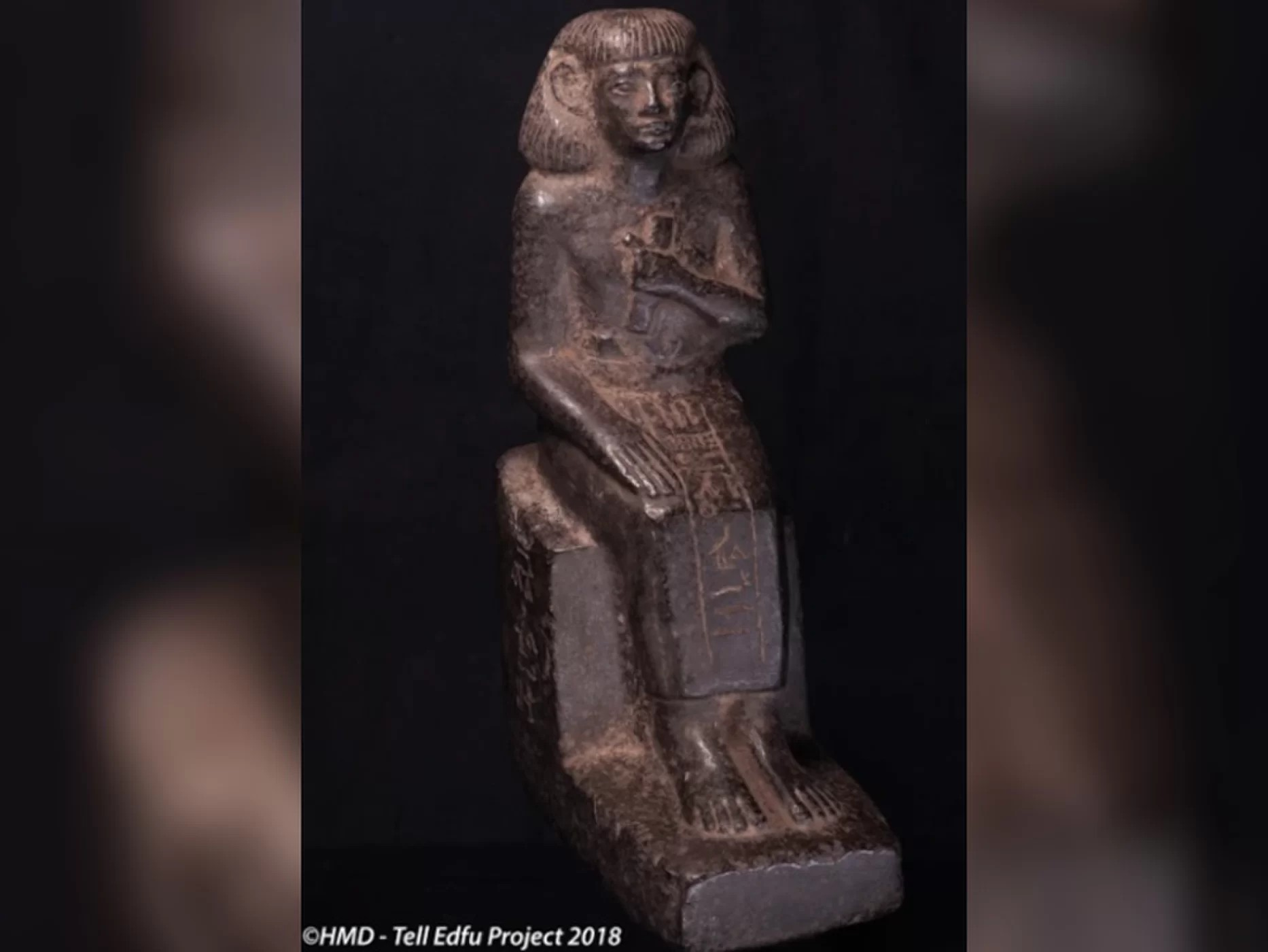 Estátua de copista com papiro foi encontrada no santuário de Tell Edfu, no sul do Egito (Foto: Universidade de Chicago/Projeto Tell Edfu)