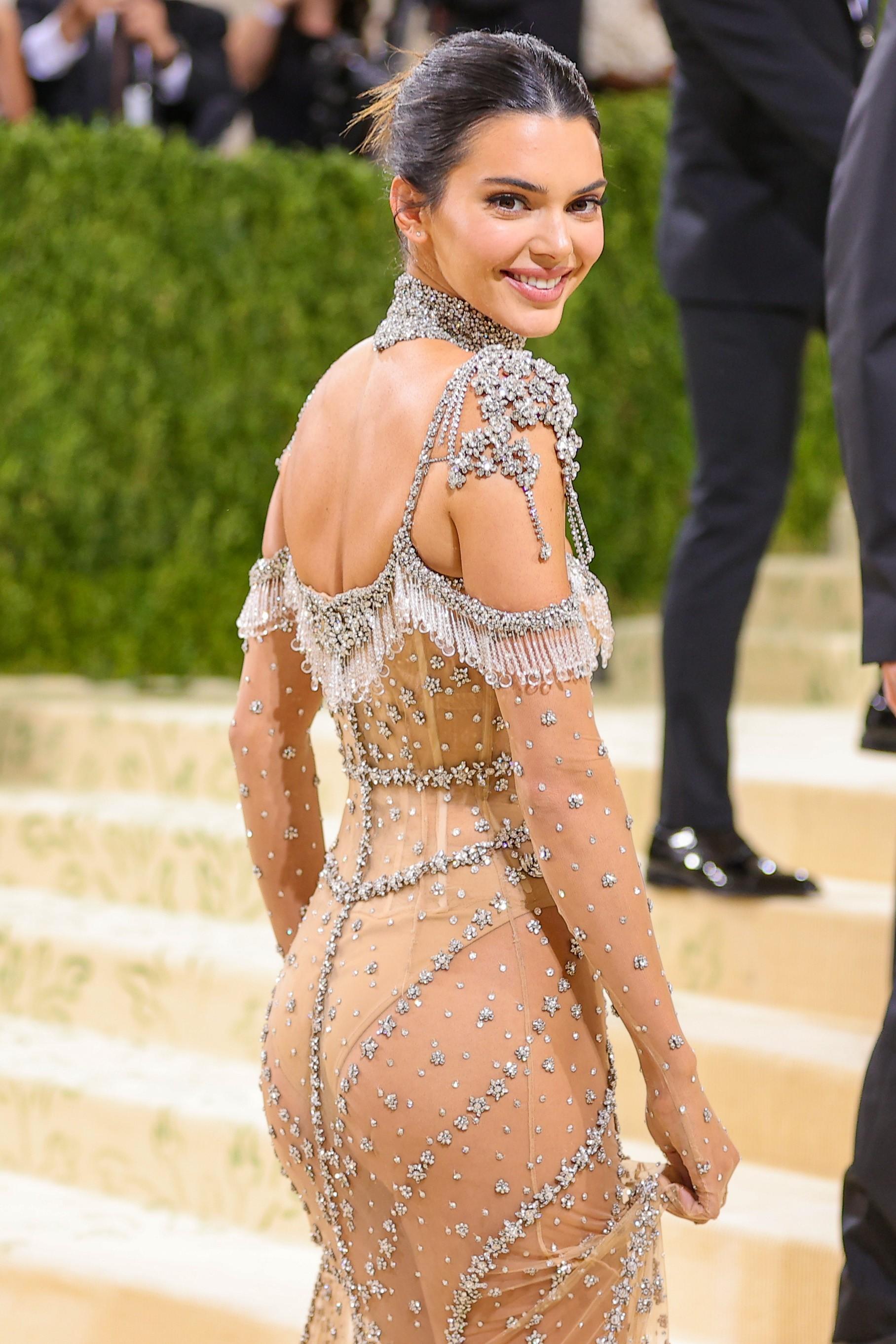 MET Gala 2021: Kendall Jenner aposta em transparência e brilho para o baile - Quem   QUEM News