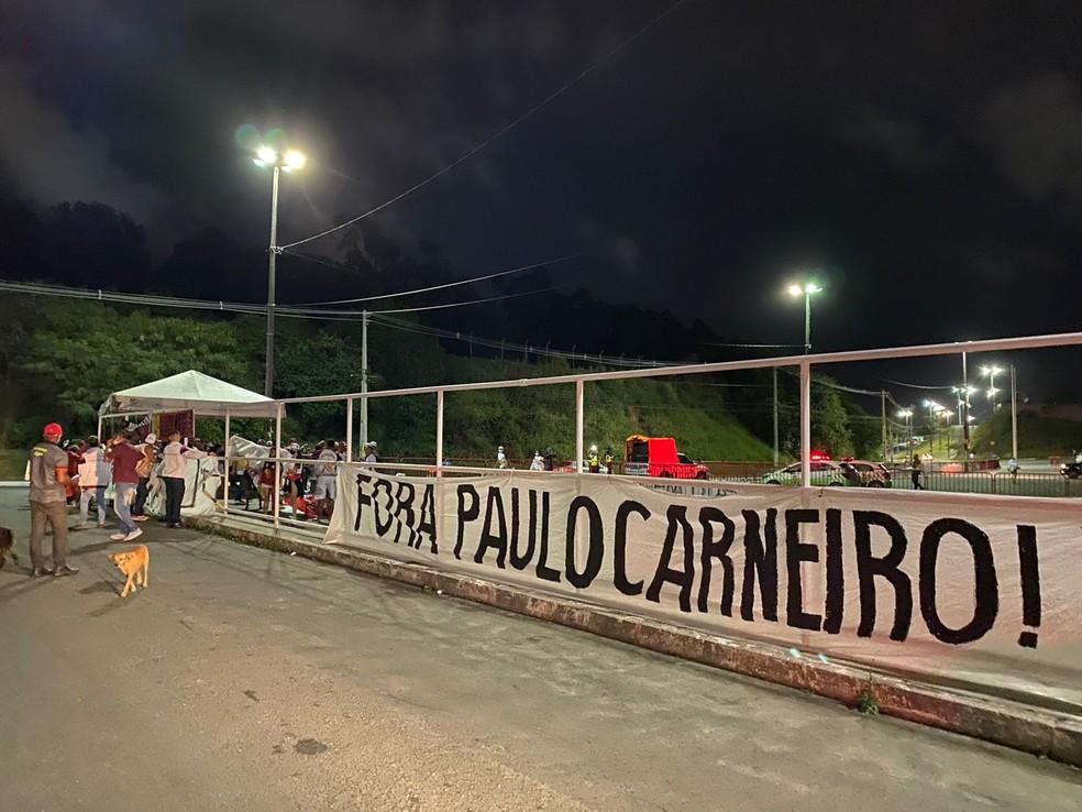 Torcida do Vitória protesta contra Paulo Carneiro no Barradão — Foto: Thiago Mastroianni/TV Bahia