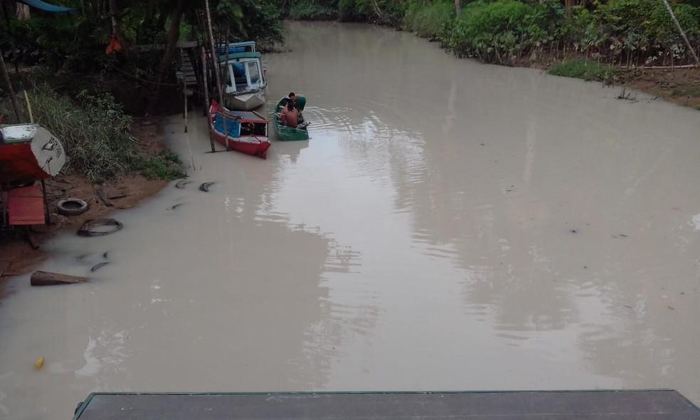 Segundo moradores, a água está mudando de cor há uma semana — Foto: Reprodução