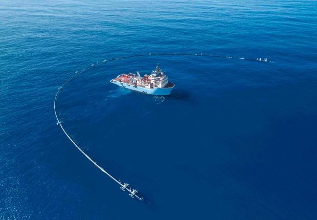 A The Ocean Cleanup utiliza as correntes oceânicas a favor de suas instalações (Foto: Divulgação/The Ocean Cleanup)