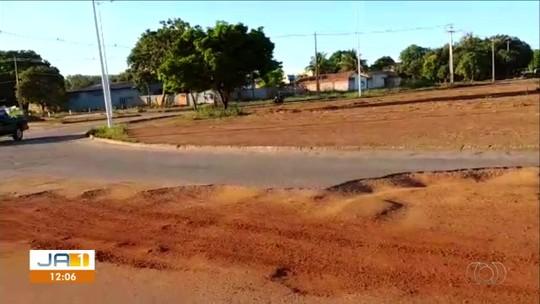 Após reclamações, prefeitura inicia obras em asfalto de rotatória com buraco em Palmas
