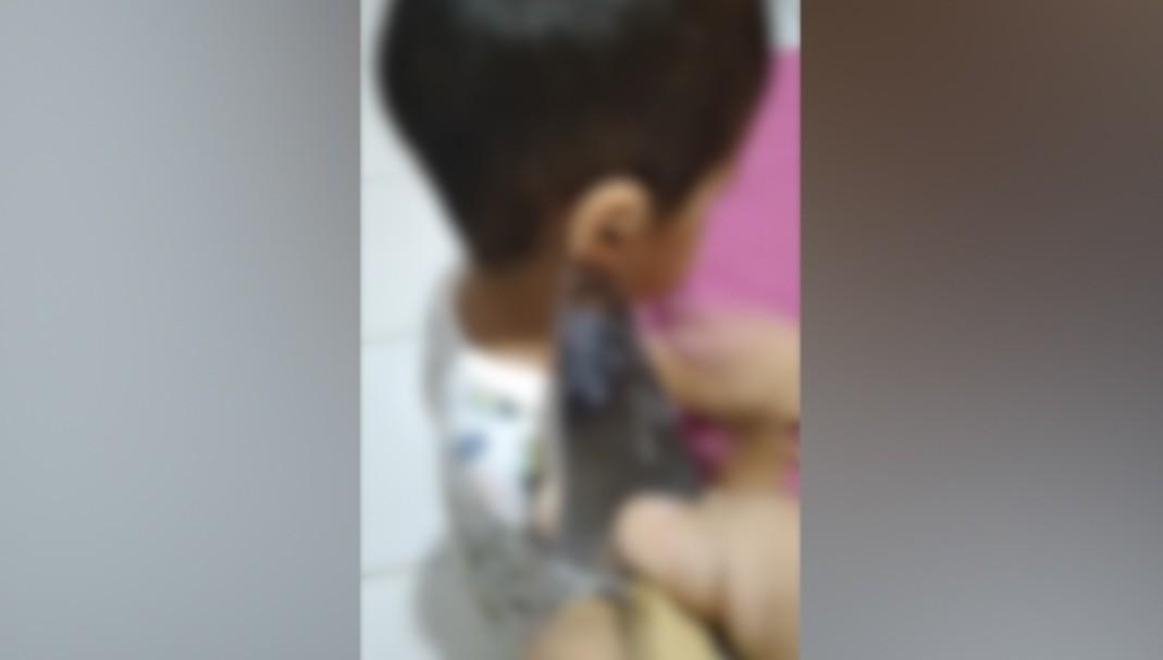 Pai pode ser indiciado por omitir agressão de crianças ameaçadas com faca pela mãe em vídeo no Piauí