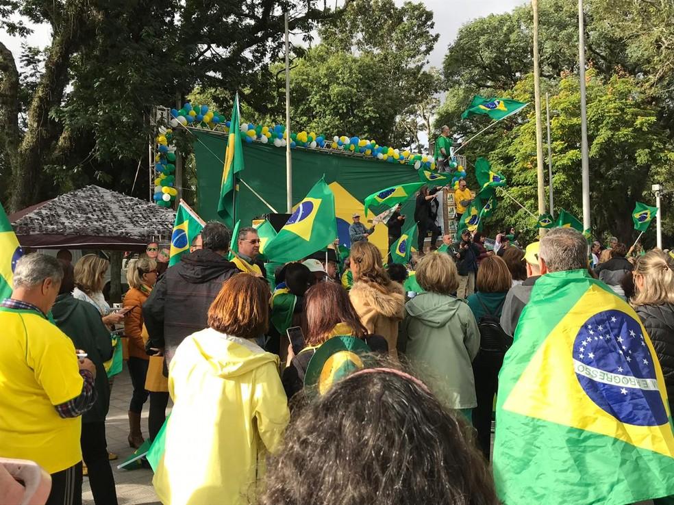 Altar com a bandeira do Brasil foi montado em Pelotas — Foto: Luiza La-Rocca/RBS TV