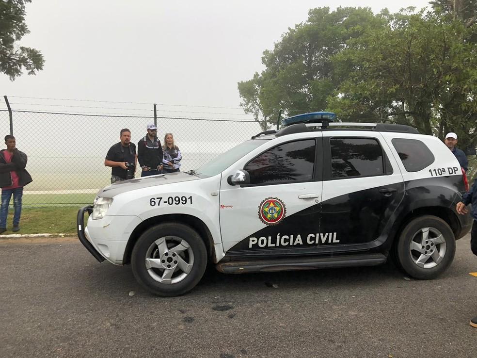 Viatura da Polícia Civil em frente à Granja Comary — Foto: Cauê Dias/GloboEsporte.com