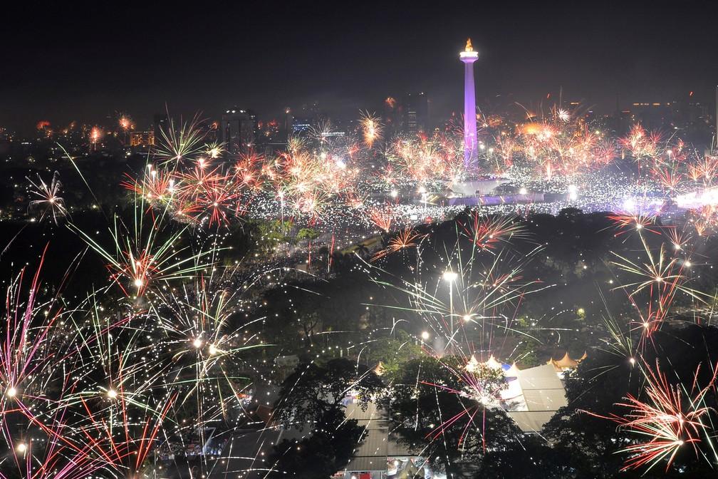 31 de dezembro - Fogos de artifício explodem no céu de Jacarta, na Indonésia, para celebrar a chegada de 2018 (Foto: Wahyu Putro/Antara Foto/via Reuters)