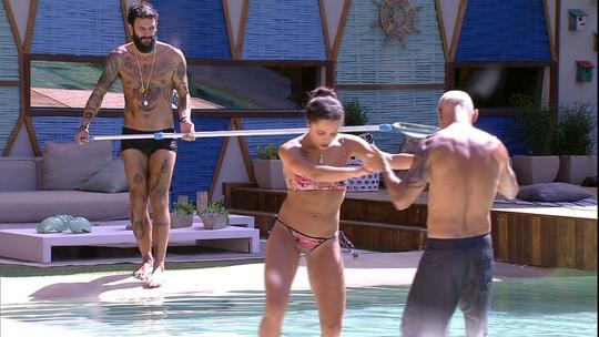 Ayrton e Paula dançam de mãos dadas na piscina