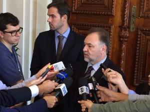 Secretário-geral do governo do RS, Carlos Búrigo falou sobre a reunião (Foto: Marcos Pacheco/RBS TV)