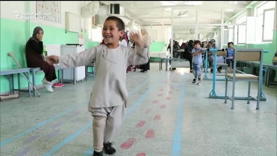 Menino afegão comemora o sucesso da nova prótese de perna