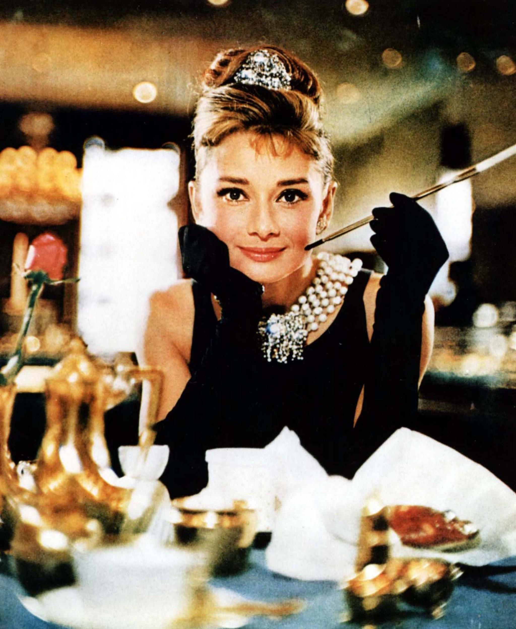 """Audrey Hepburn no clássico """"Breakfast at Tiffany's"""" (Foto: Reprodução)"""