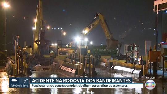 Máquinas retiram o que sobrou da cobertura da praça de pedágio na Rodovia dos Bandeirantes