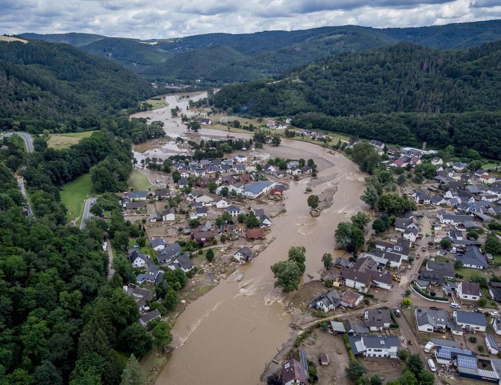 O rio Ahr passa por casas destruídas em Insul, na Alemanha, em 15 de julho de 2021. O rio transbordou e causou rastro de destruição devido às fortes chuvas. — Foto: Michael Probst/AP