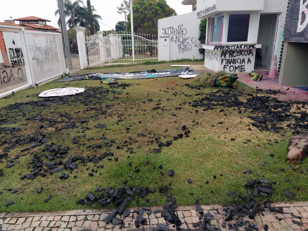 Grupo invade e picha sede da Associação de Produtores de Soja em Brasília — Foto: Divulgação