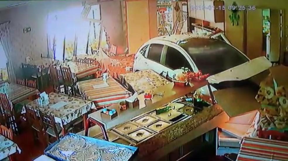 Câmeras de segurança do restaurante registraram o momento em que o motorista invade o local.  — Foto: Reprodução/Câmera de segurança