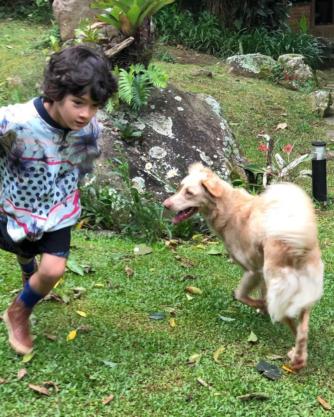 Kauai brinca com cachorro (Foto: Reprodução / Instagram)