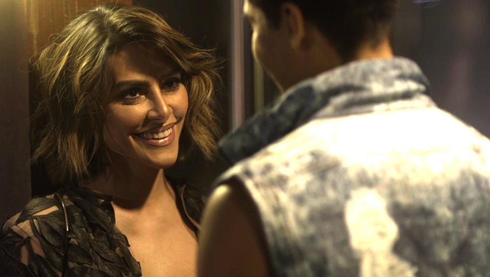 Betina gosta do jogo de sedução (Foto: TV Globo)