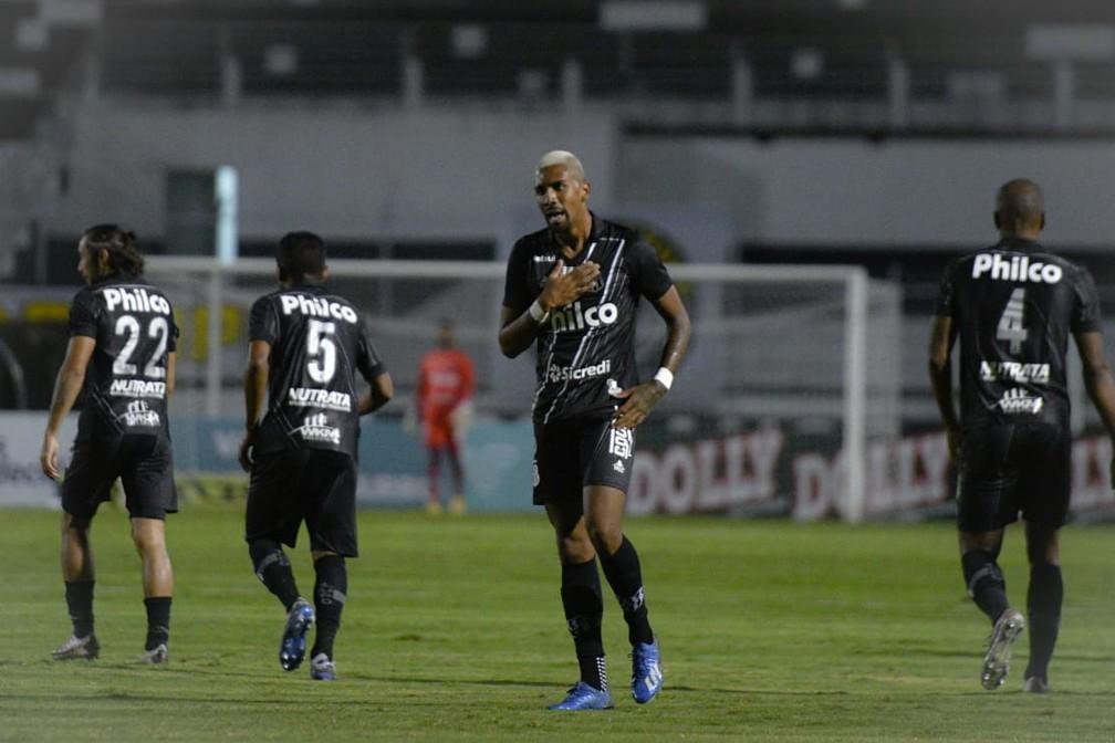 João Veras comemora gol contra o Santos  — Foto: Álvaro Jr/ PontePress