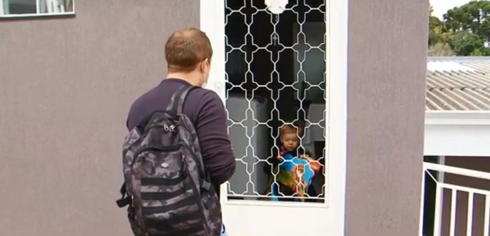 Willian não entra mais em casa e conversa com o filho, de três anos, pela porta ou janela — Foto: Divonei Ravanello/RPC