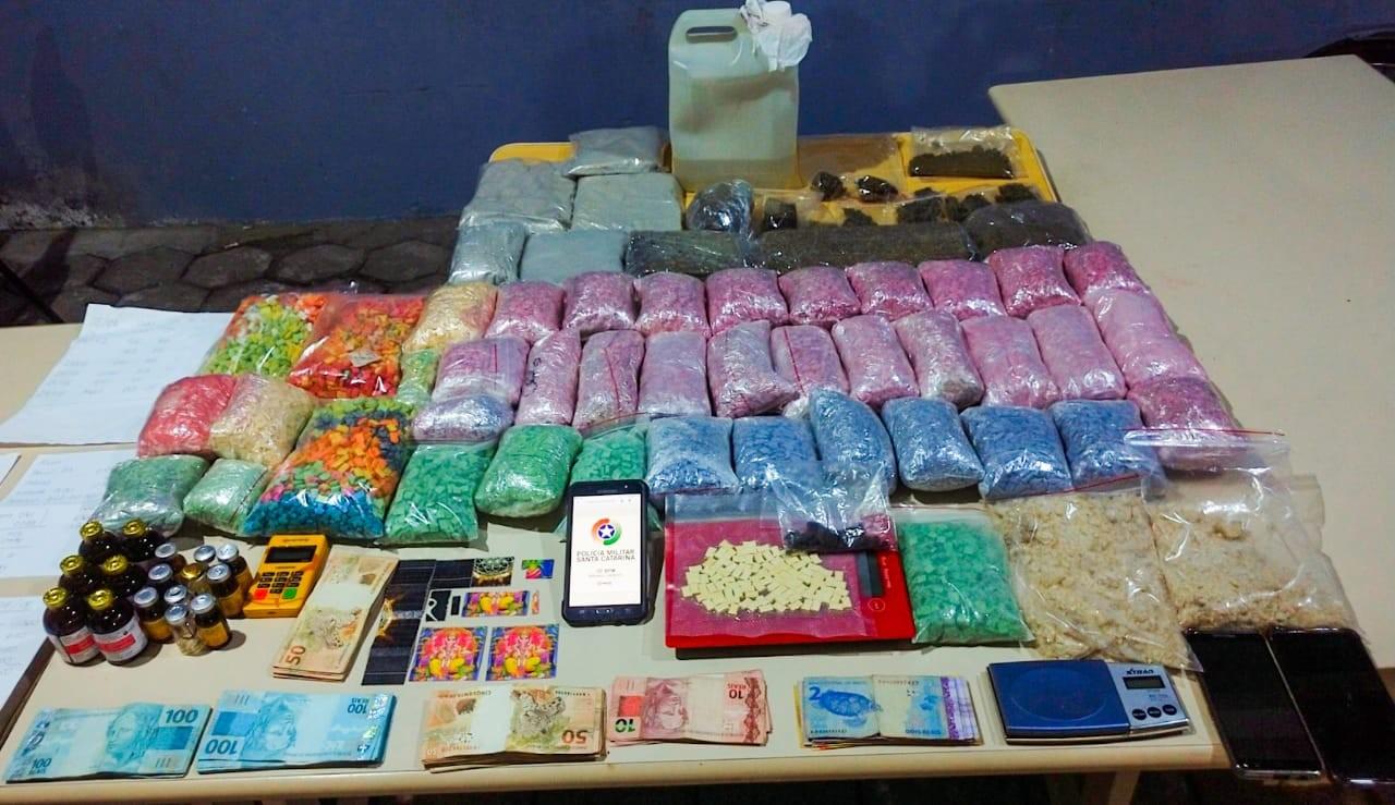 Três são presos com cerca de 45 mil comprimidos de ecstasy na região de Balneário Camboriú