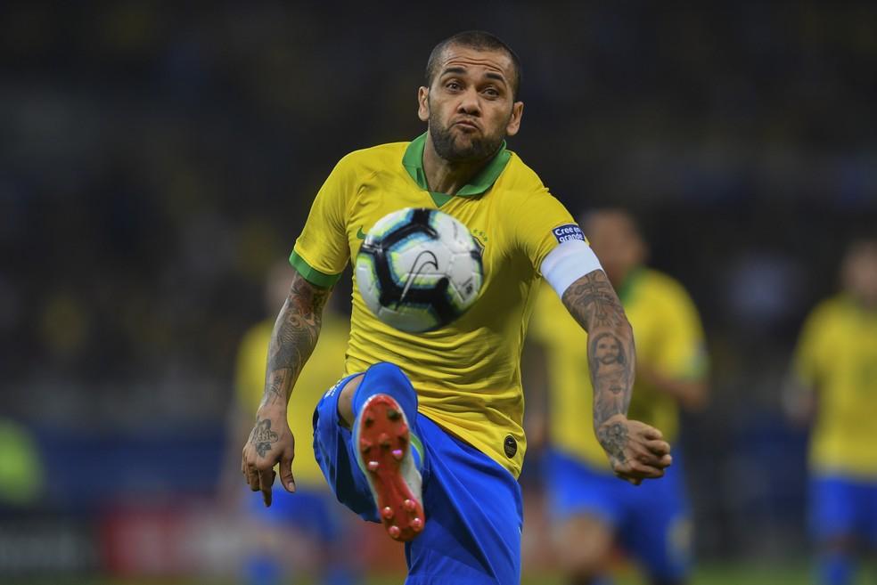 Daniel Alves teve grande atuação na lateral — Foto: Pedro Ugarte/AFP