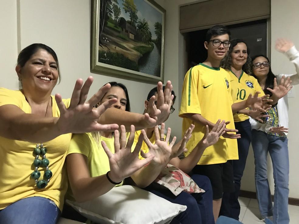 'Família hexa' tem 15 pessoas com 6 seis dedos nas mãos e pés (Foto: Marília Marques/G1)