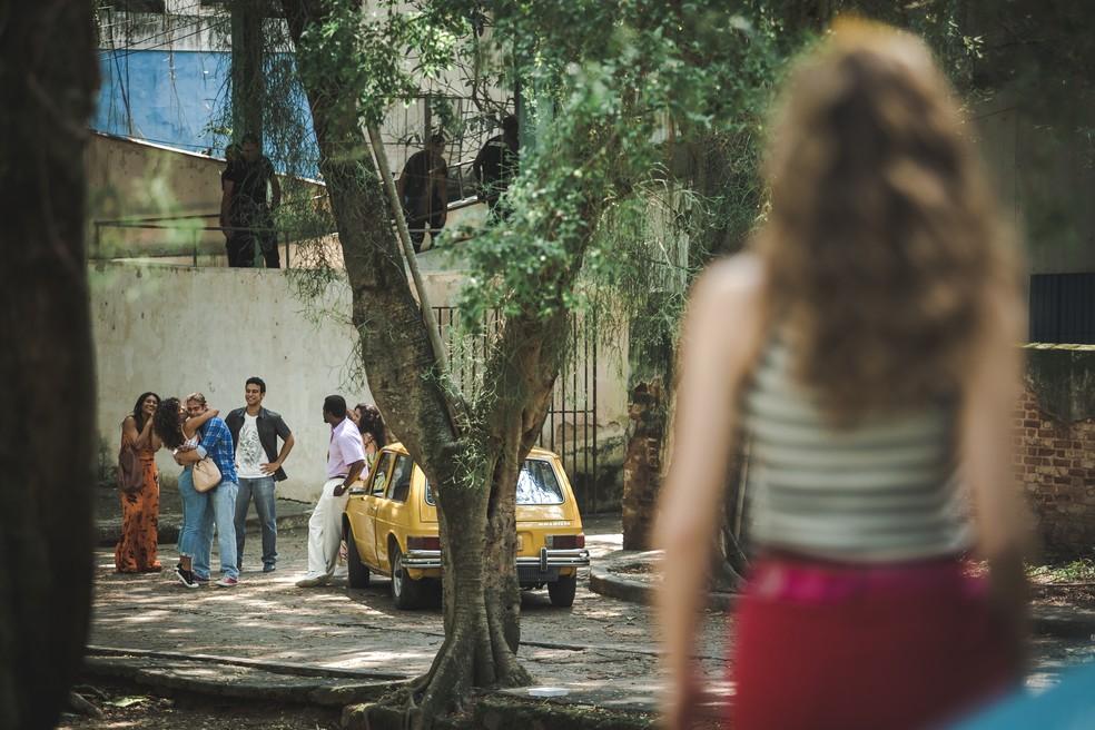 Manuzita (Isabelle Drummond), que está de longe, vê o abraço de João (Rael Vitti) e Moana (Giovana Cordeiro) e se decepciona, em 'Verão 90' — Foto: Fabiano Battaglin/Gshow
