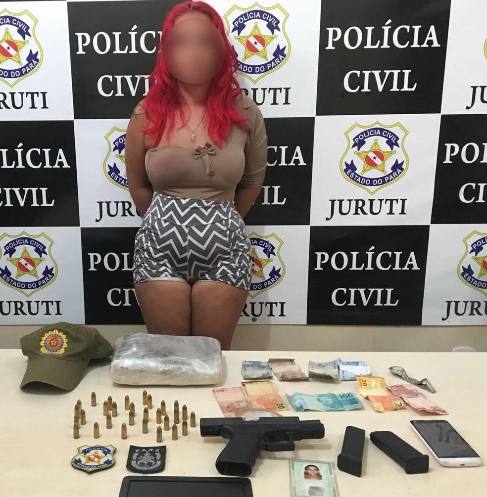 -  Uma mulher de aproximadamente 30 anos foi presa durante uma operação das Polícias Civil e Militar ao ser flagrada transportando drogas, armas e muniç
