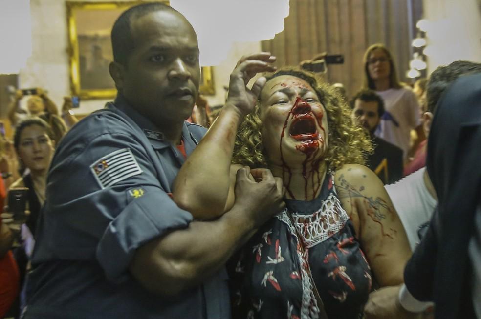 Professora fica ferida durante tumulto (Foto: SUAMY BEYDOUN/AGIF/ESTADÃO CONTEÚDO)
