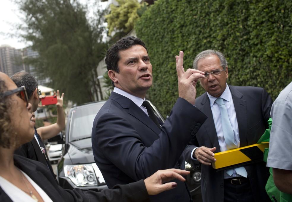 Juiz Sérgio Moro deixa a casa de Jair Bolsonaro ao lado do economista Paulo Guedes, no Rio de Janeiro — Foto: Silvia Izquierdo/AP